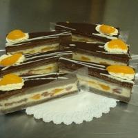vanilkový puding, čokoládové cesto, mandarinky, jahody, čokoláda