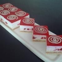 piškótové cesto, jogurtová plnka s jahodami a želé na vrchu s bielou čokoládou