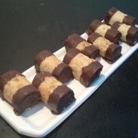 orechové cesto s kávovou plnkou omočené okrajmi v čokoláde