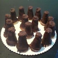 piškóta, čokoládový krém v strede naplnený vaječným likérom potiahnutý čokoládou.
