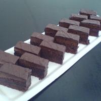 sacherové cesto s pražským krémom, obliaty v čokoláde