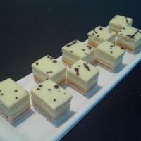 piškótové cesto potiahnuté vanilkovým krémom, na povrchu potiahnutý pomarančovým sirupom