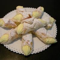 listové cesto  plnené  vanilkovým pudingom.